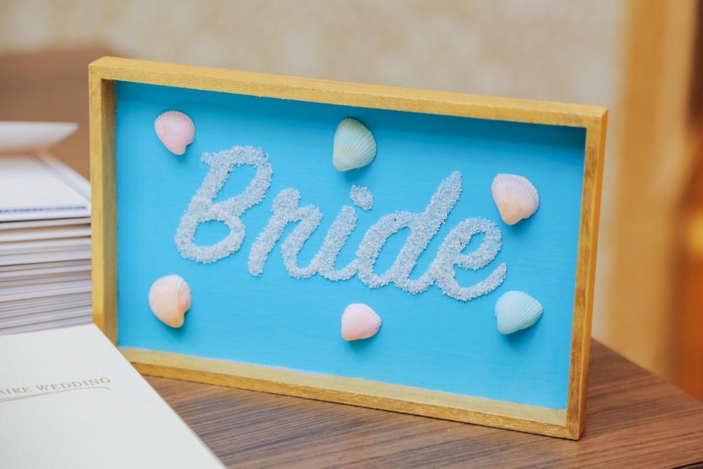 Brideと書かれた新婦側の案内板